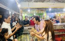 Hoài Linh và con gái nuôi bán trầm hương hội chợ hoa