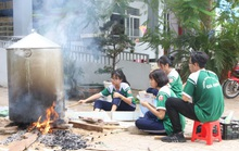 Học sinh rộn ràng nấu bánh chưng tặng người nghèo