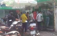 Khổ sở như rút tiền tại các cây ATM ngày cận Tết