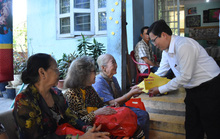 Báo Người Lao Động thăm và chúc Tết nghệ sĩ lão thành – khởi động Quỹ Mai Vàng nhân ái