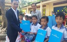 Báo Người Lao Động trao quà Tết cho học sinh nghèo Cần Thơ