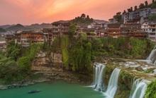 Cổ trấn Phù Dung ngàn năm treo trên thác nước