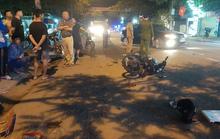 Xe máy đấu đầu, 2 người văng xuống đường nguy kịch