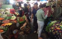 Sáng 30 Tết, thị trường đảo chiều, chợ lại hút khách