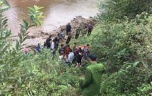 Tá hỏa phát hiện thi thể cô gái trẻ bị chôn vùi, lộ cánh tay bên bờ suối