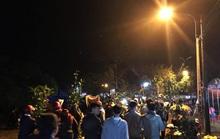 Hơn chục ngàn người đội mưa rét đi chợ lúc nửa đêm để cầu may