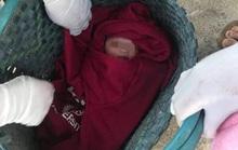 Đầu năm mới, phát hiện bé gái sơ sinh đặt trước cửa công ty