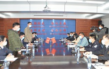 Đại biểu TP Móng Cái và Đông Hưng (Trung Quốc) đeo khẩu trang bàn chống virus corona
