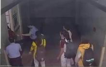 Cảnh cáo bảo vệ bị tố đạp vào người và bắt nhốt nữ sinh viên