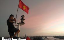 Thiêng liêng trao cờ Tổ quốc trên đảo tiền tiêu Phú Quý
