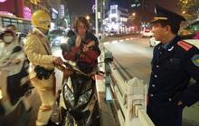 Bị CSGT kiểm tra, nam thanh niên nước ngoài mang đàn ra gảy, hát ngay trên đường