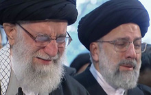 Đại giáo chủ Iran liên tục bật khóc trước linh cữu tướng Soleimani