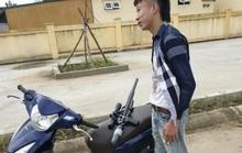 2 thanh niên phóng xe máy không đội mũ bảo hiểm, giấu súng trong áo chống nắng