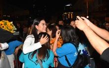 Vợ chồng Lâm Vỹ Dạ lao vào vòng tay fan mừng Mai Vàng