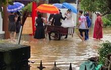 CLIP: Xóm làng xứ Quảng giải cứu 55 mâm cỗ cưới bị ế do mưa lũ