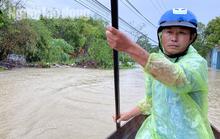 Đà Nẵng: Mưa to gió lớn gây ngập nặng, người dân chèo ghe đi tiếp tế lương thực khắp xóm
