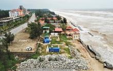 Sóng đánh tan hoang tuyến kè biển 26 tỉ đang xây dang dở ở Quảng Bình