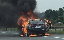 Hành khách hút thuốc trên xe, taxi cháy trơ khung
