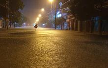 CLIP: Mưa như trút nước trong đêm, TP Hà Tĩnh ngập sâu, vắng lặng