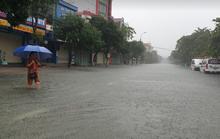"""CLIP: Mưa trắng trời, các tuyến đường TP Hà Tĩnh thành """"sông"""""""