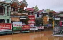 Quảng Bình: Thuyền đánh cá lên phố cứu dân trong cơn đại hồng thủy