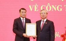 Ông Trần Quốc Vượng trao quyết định của Bộ Chính trị cho Thống đốc Lê Minh Hưng