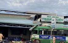Xe buýt lao vào nhà thuốc và quán cơm, nhiều người chạy tán loạn