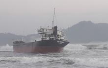 Tàu hàng mất hệ thống điện, bị mắc cạn do va phải đá ngầm