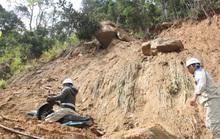 Người dân nín thở đi dưới khối đá 30 tấn lộ ra sau mưa lũ