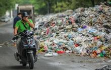 CLIP: Cận cảnh rác ùn ứ, chất thành đống bốc mùi khắp nội thành Hà Nội