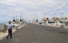 Kiểm ngư đang lai dắt 1 tàu cá Bình Định về bờ, đưa máy bay tiếp tục tìm kiếm 26 ngư dân mất tích còn lại