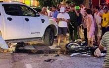 Hai học sinh không đội mũ bảo hiểm đi xe máy tông vào xe bán tải đang quay đầu
