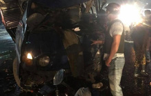 Xe tải tông trực diện xe khách, tài xế kẹt trong cabin vỡ nát