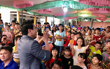 Trí Quang cùng gia đình nhạc sĩ Bắc Sơn đến với lớp học xóa mù chữ vùng sâu