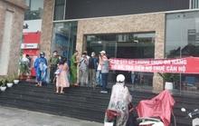 Đà Nẵng: Dân đội mưa căng băng rôn,  đòi chủ đầu tư trả lại lối đi cho chung cư cao cấp