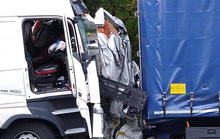 Xe tải bị 2 xe lớn ép biến dạng, nữ tài xế thoát chết thần kỳ