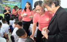 Phu nhân nguyên Chủ tịch nước Trương Tấn Sang tặng quà cho ngư dân và trẻ khuyết tật