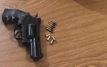 Nhân cả nhà đi vắng, thanh niên mang súng quân dụng ra... bắn chơi