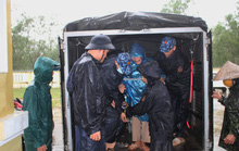 Chùm ảnh:  Quảng Trị chạy đua sơ tán dân trước khi bão số 13 đổ bộ