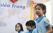 Đoàn học sinh Trường Tiểu học Lê Ngọc Hân đến Báo Người Lao Động ủng hộ Trái tim miền Trung