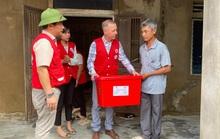 Đại sứ Anh thăm, tặng quà bà con vùng lũ Quảng Bình