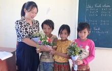 Xúc động những bó hoa dại tặng thầy cô nơi Cổng Trời