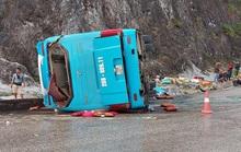 Xe khách giường nằm bất ngờ tông lan can rồi lật nghiêng, 12 người thương vong