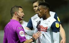 """Bóp """"của quý"""" đối phương, cầu thủ Preston bị treo giò 3 trận"""
