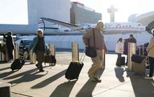 Bất chấp Covid-19, hàng triệu người Mỹ dồn dập đổ ra sân bay