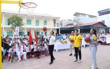 Sun Life Việt Nam tặng trụ bóng rổ và quả bóng rổ cho trường học