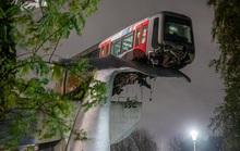 Tàu metro lao qua rào chắn, nằm vắt vẻo trên đuôi cá voi