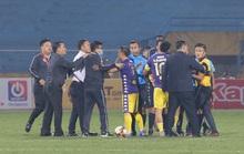 Hình ảnh CLB Hà Nội bao vây chỉ trích trọng tài nhao nhao như chợ trời