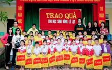 Doanh nhân và nghệ sĩ trao hơn 500 triệu đồng cho người dân Quảng Ngãi và Quảng Trị