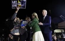 Có người lao tới ông Biden, bà Jill lập tức chắn trước mặt chồng!